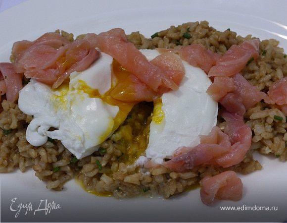 Салат из бурого риса с семгой и яйцом пашот