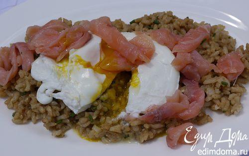 Рецепт Салат из бурого риса с семгой и яйцом пашот