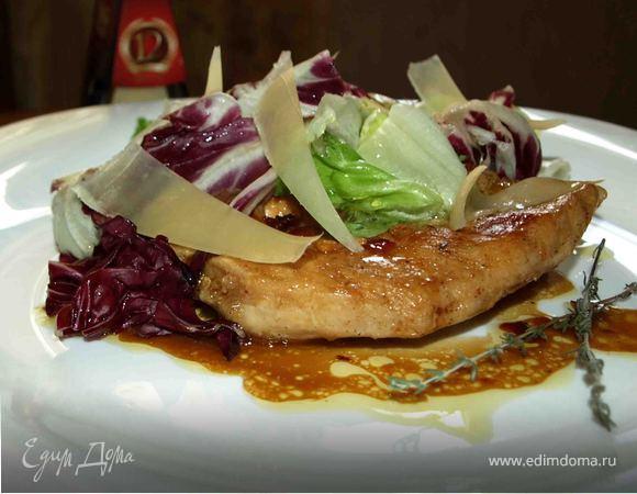 Куриные грудки в белом вине с салатным миксом и сыром