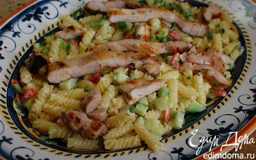 Рецепт Теплый салат из макарон с курицей, сельдереем и огурцом