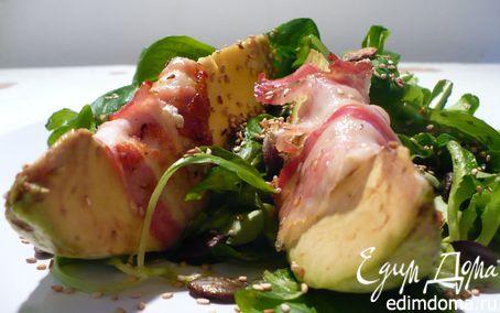 Рецепт Закуска из авокадо, фаршированного мягким козьим сыром, с прошутто на подушке из полевого салата
