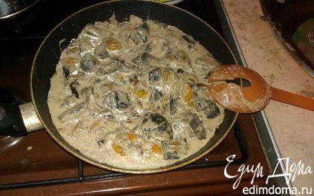 Рецепт Грибы в сметане, тушенные с беконом и помидорами черри