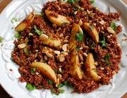 Теплый салат из красного риса с зеленью и миндалем