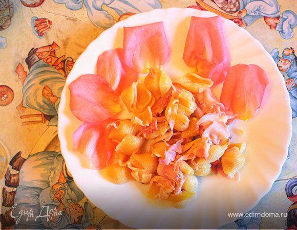 Конкилье с лепестками роз