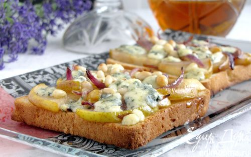 Рецепт Тосты с грушей, голубым сыром и кедровыми орешками