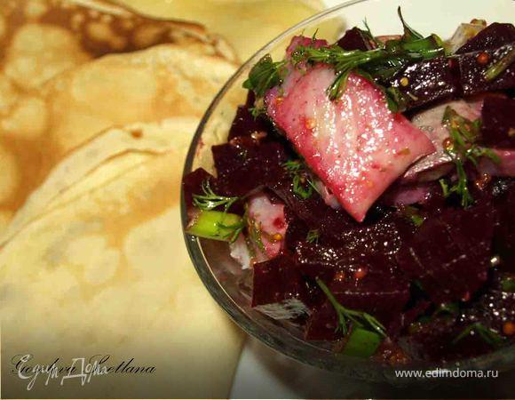 Простые блины с салатом из свеклы и селедки