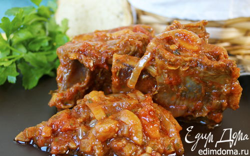 Рецепт Томленые говяжьи ребрышки с томатно-овощным соусом