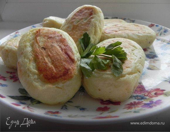 Картофельно-творожные пирожки с зеленью и яйцом