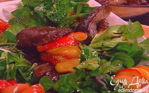Рецепт Салат с жареной куриной печенью и карамелизированным яблоком