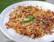 Спагетти с помидорами и беконом