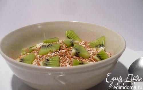 Рецепт Полезный овсяный завтрак из мюсли с киви и корицей