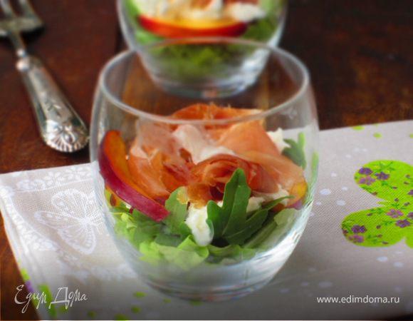 Салат с моцареллой, пармской ветчиной и нектарином