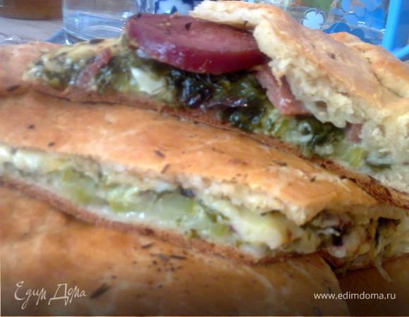Пирог с кабачками, сыром, колбасой и зеленью