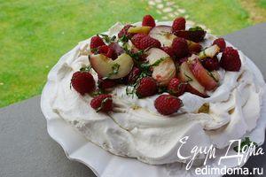 Торт «Павлова» с малиной и персиками