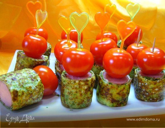 Канапе из блинчиков с сосисками и помидорками черри