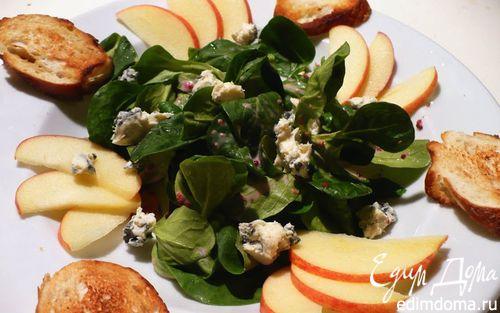 Рецепт Полевой салат с сыром с голубой плесенью и яблоком