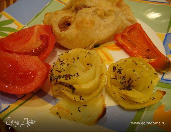 Курочка в слоеном тесте с картофельными розами