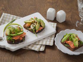 Сэндвич с копченым лососем и авокадо