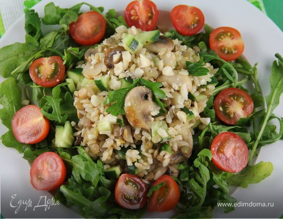 Салат из коричневого риса с шампиньонами и чечевицей
