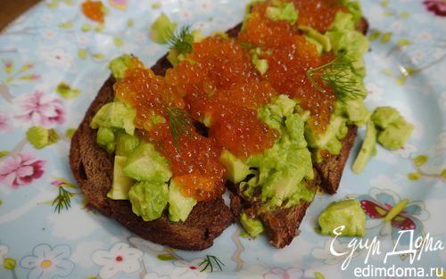 Рецепт Тосты с авокадо и красной икрой