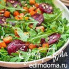 Салат из руколы с тыквой и свекольными чипсами