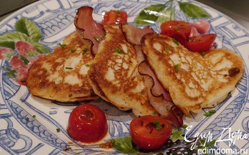 Рецепт Сырные оладьи с беконом и помидорами