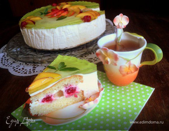 Торт с персиками и малиной