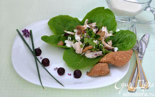 Рецепт Салат с курицей и вишней под йогуртным соусом