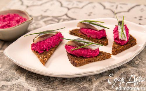 Рецепт Канапе с сельдью и свекольно-творожным муссом