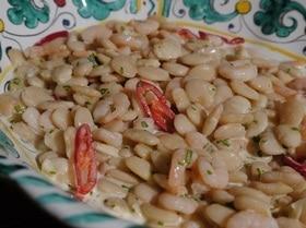 Острый салат из фасоли с креветками