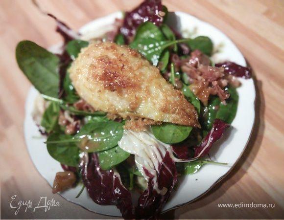 Салат с панированной грушей и ореховой заправкой