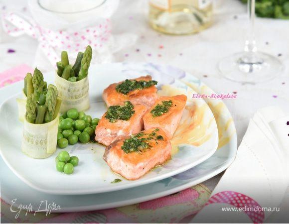 Семга с соусом эскарго и овощными роллами