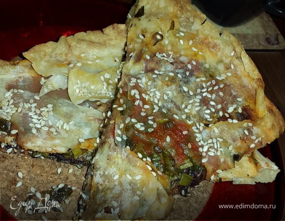 Лаваш, запеченный с оливковой пастой, томатным соусом, зеленью и кунжутом