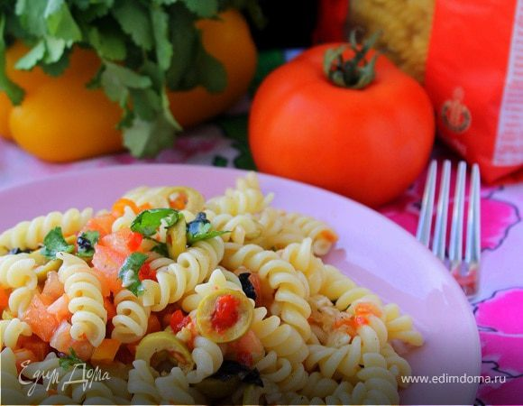 Салат из пасты с оливками и помидорами