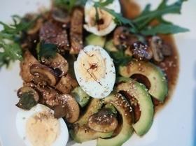 Яичный салат с куриной грудкой, авокадо и шампиньонами