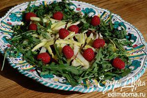 Весенний салат с молодой свеклой, орехами и малиной