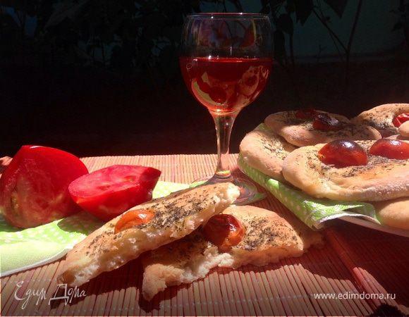 Фокачча с помидорами черри и итальянскими травами