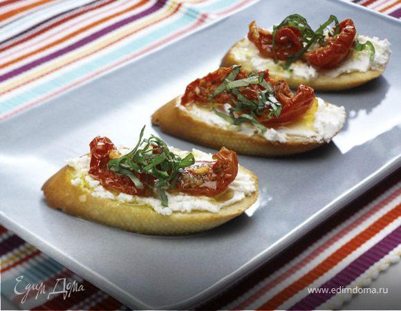 Брускетта с вялеными помидорами и козьим сыром