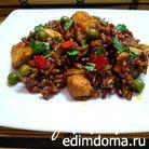Красный рис со свининой и зеленым горошком