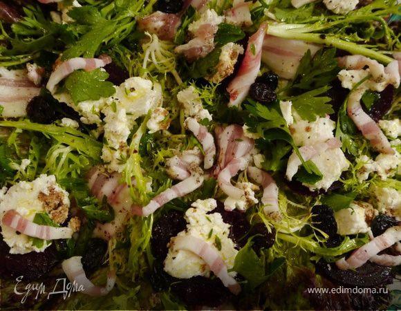 Свежий салат с козьим сыром, свеклой и изюмом