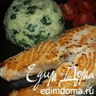 Жареный лосось и кускус со шпинатом