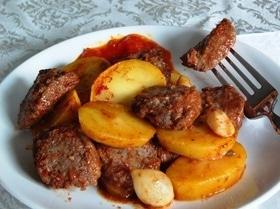 Котлеты, запеченные в томатном соусе, с картофелем