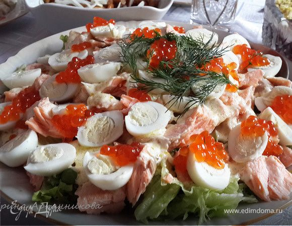 Салат с семгой, красной икрой и зеленым горошком