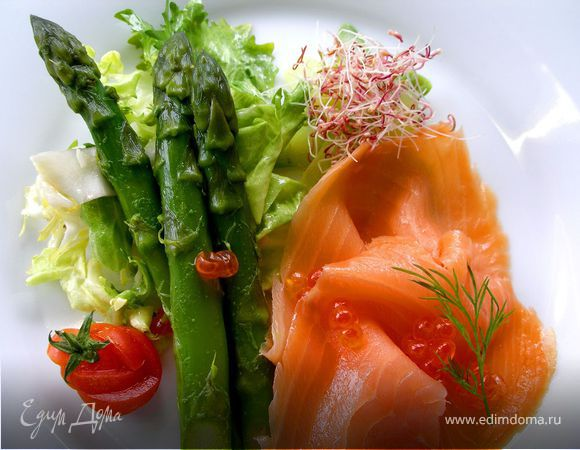 Салат со спаржей и лососем