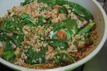 Бурый рис с перцем чили и шпинатом