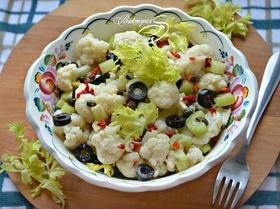 Салат из цветной капусты с маслинами