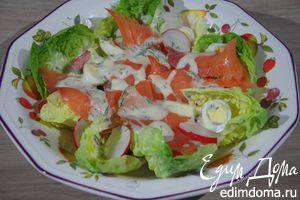Салат с семгой, перепелиными яйцами и редисом