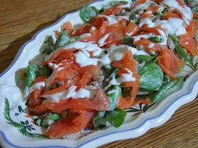 Салат с рыбой, фасолью и кефирной заправкой