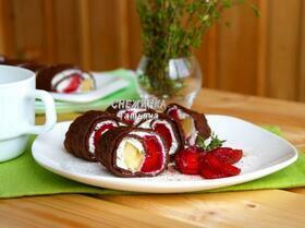 Омлетный шоколадный ролл с клубникой