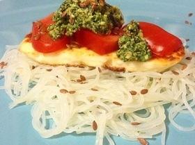 Салат с фунчозой и песто из рукколы